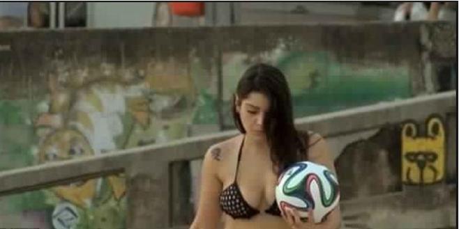 بالفيديو : فتاة جميلة تتحدى ميسي ورونالدو بالكعب العالي