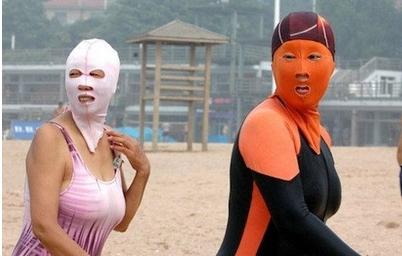 ملابس سباحة فشل اصحابها في صرف العيون عنهم !