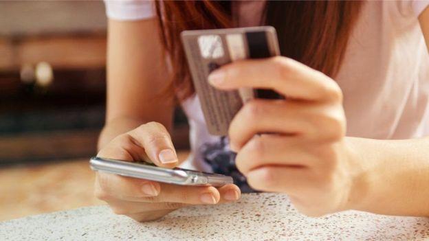 بنك باركليز يختبر خدمة سحب الأموال عبر الهواتف الذكية