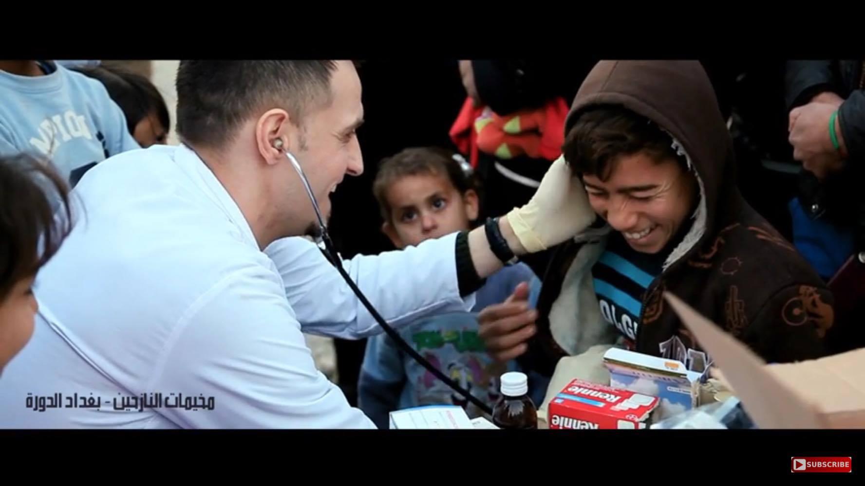 بالصور دكتور سيف جنان يعالج الاطفال والكبار بمخيمات النازحيين