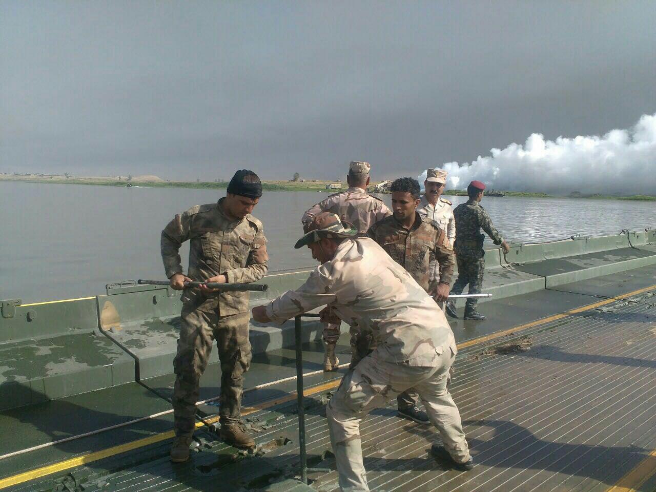 الهندسة العسكرية تنصب جسرا عائما على نهر دجلة في قضاء الشرقاط