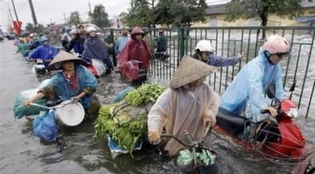 بحادثة غريبة مخمورون يتسببون بغمر بلدتين بمياه الفيضانات بفيتنام