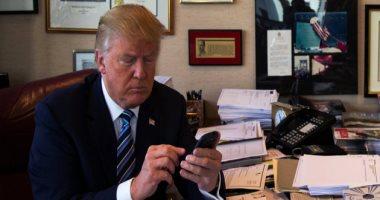 ترامب يتخلى عن هاتفه المفضل ويبدأ التغريد بالجديد
