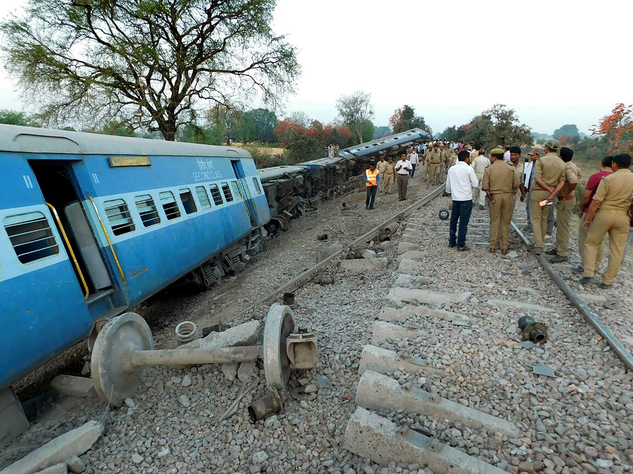 خروح قطار ركاب عن مسارة وإصابة 25 شخصا فى الهند