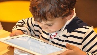 تعرض الطفل لضوء الهواتف الذكية ليلا يسبب اضطرابات الساعة البيولوجية