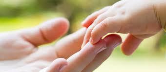 اللمس يساعد في نمو أدمغة حديثي الولادة