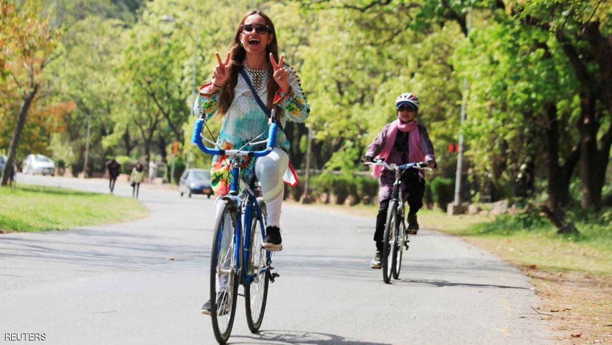 باكستانيات يركبن الدراجات للمطالبة بحقوقهن