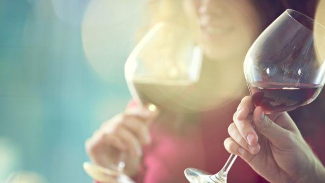 """النبيذ الأحمر """"قد يساعد في علاج تسوس الأسنان وأمراض اللثة"""""""