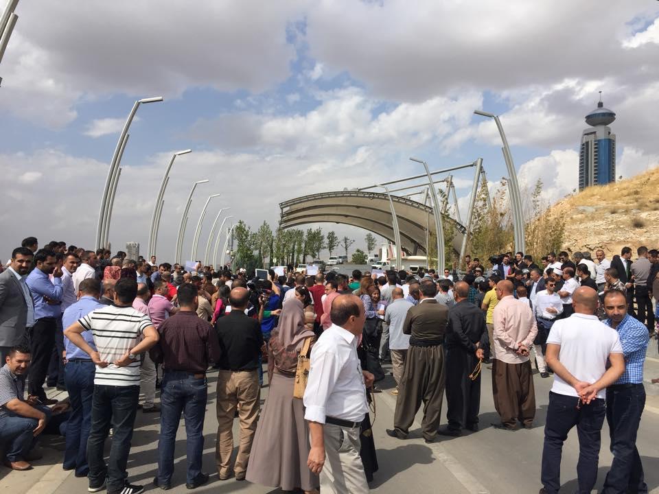 العشرات يتظاهرون في السليمانية احتجاجا على قرار تقاعد نواب اقليم كردستان