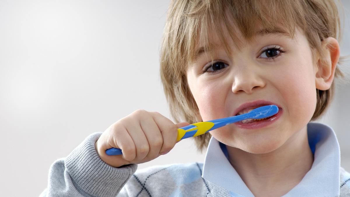 أطباء: تنظيف الأسنان بعد تناول الطعام مباشرة عادة خطرة!