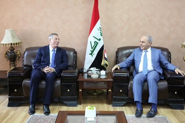 وزير التخطيط العراقي  يبحث مع السفير الاردني تأهيل الطريق الدولي الرابط بين البلدين