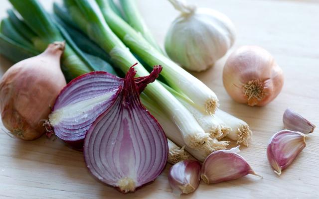 كيف تخلص فمك من رائحة الثوم والبصل؟