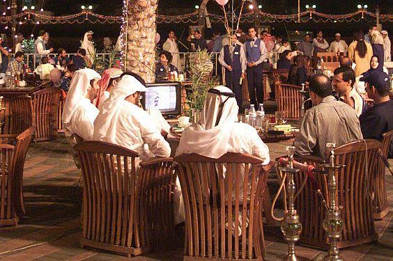 """الرياض تدرس السماح بتقديم """"النرجيلة"""" أسوة بجدة"""