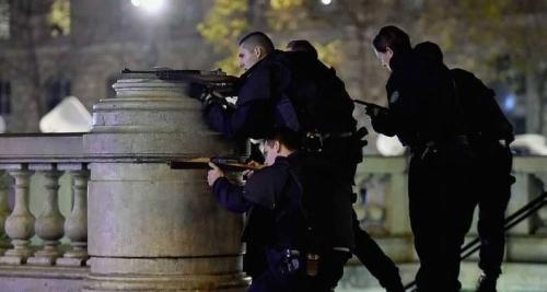 مقتل وإصابة 10 أشخاص بعملية طعن وسط باريس