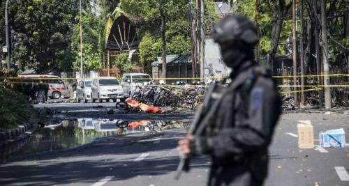 إندونيسيا.. مقتل وإصابة نحو 40 شخصاً بهجمات انتحارية على كنائس