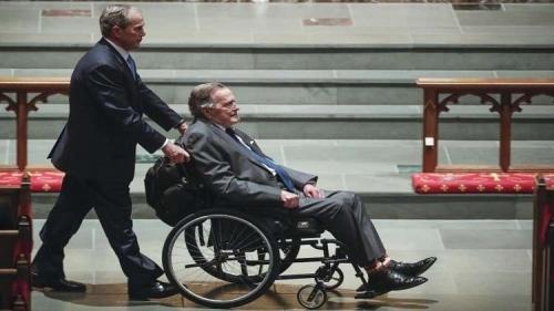 بوش الأب يدخل المستشفى مجدداً