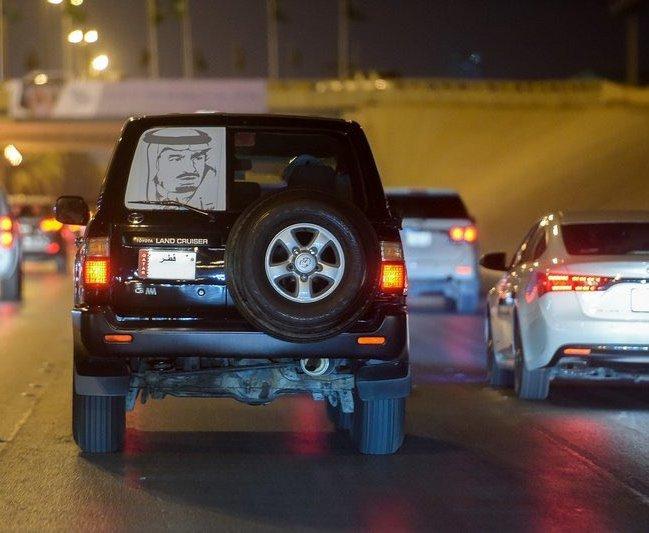 مواطن قطري يحتفل بمناسبة اليوم الوطني للسعودية