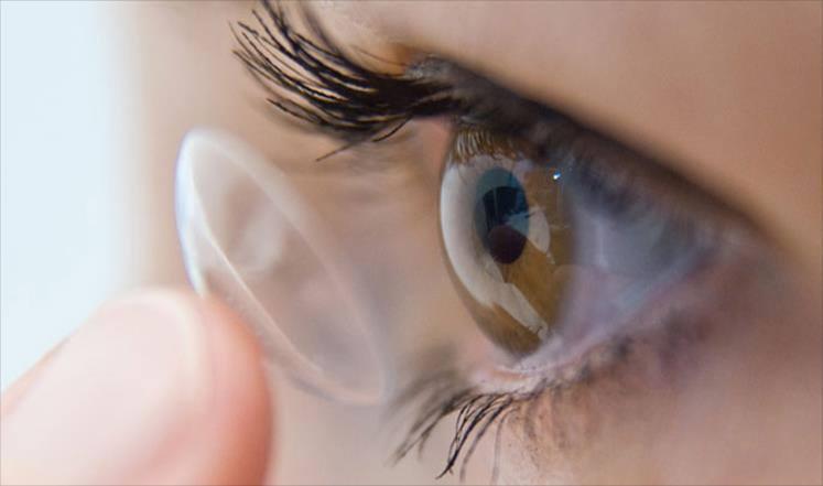 العدسات اللاصقة قد تسبب العمى!