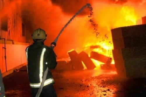 حريق يلتهم مخازن للعطور ببناية وسط شارع الرشيد