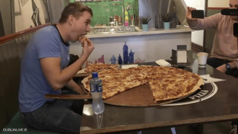 مطعم يتحدى زبائنه  500 يورو لمن يتناول بيتزا كاملة