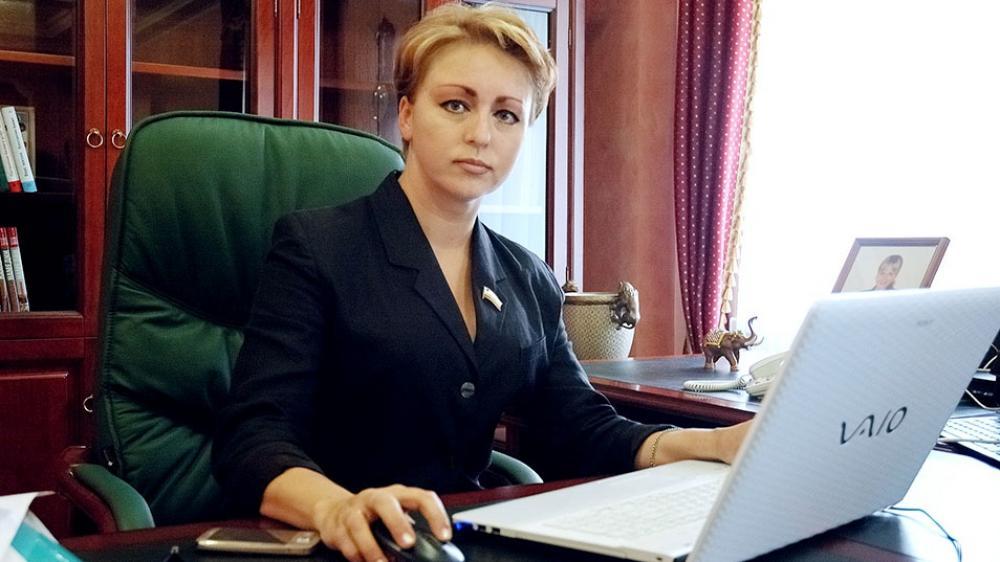 """قصة وزيرة """"حسناء"""" أثارت جدلا في مقاطعة روسية"""