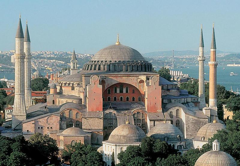 """عارضة أمريكية تثير جدلا بعد """"تعريها"""" داخل مسجد في تركيا"""