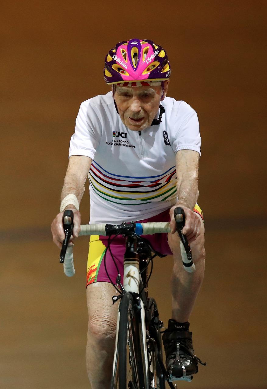 بالصور فرنسي عمره 106 أعوام يعود للدراجات بعد اعتزاله!