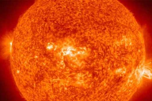 """بالفيديو: مرور أكبر """"جسم فضائي بشري"""" أمام الشمس!"""