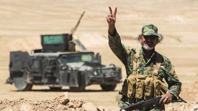 الدفاع تلقي منشورات لقوات الحشد الشعبي على الحدود السورية