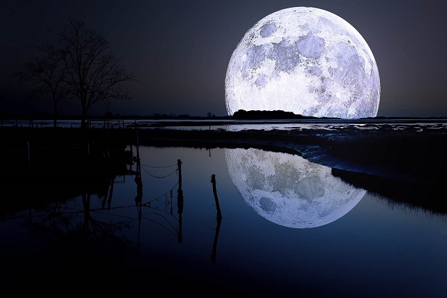 لحظة اصطدام نيزك عملاق بالقمر