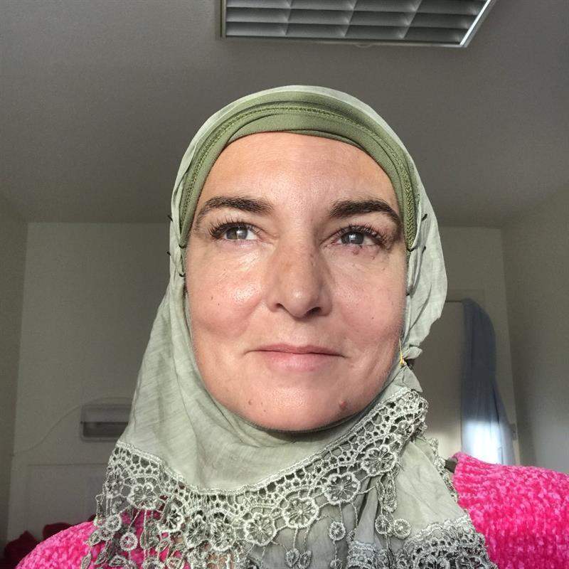 """مغنية عالمية شهيرة تعتنق الإسلام وتغير اسمها إلى """"شهداء"""""""