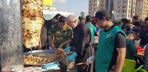 موكب الحشد الشعبي في النجف يشارك في تقديم الطعام والخدمات للزائرين