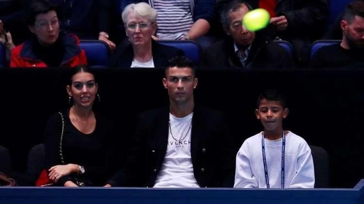 رونالدو يحاول التقاط كرة كادت أن تصطدم بصديقته