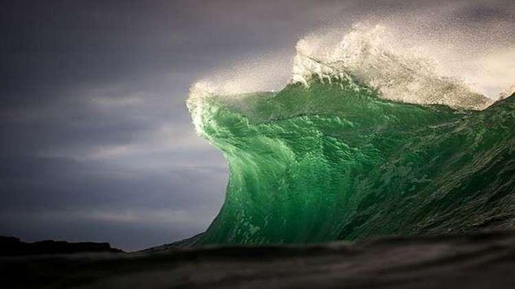 فيديو مذهل..موجة ضخمة تبتلع راكب أمواج أسترالي!