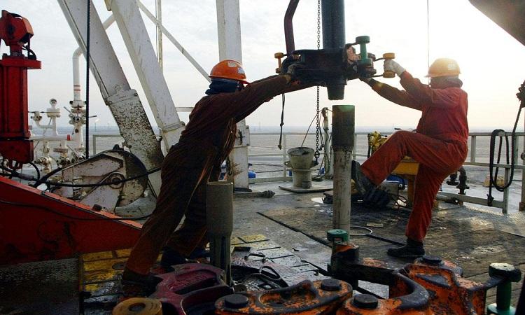 هبوط أسعار النفط وسط إمدادات جيدة بالسوق وإعفاءات من عقوبات إيران