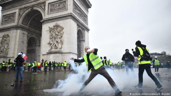 فرنسا تلوح بفرض حالة الطوارئ بعد تفاقم احتجاجات السترات الصفراء