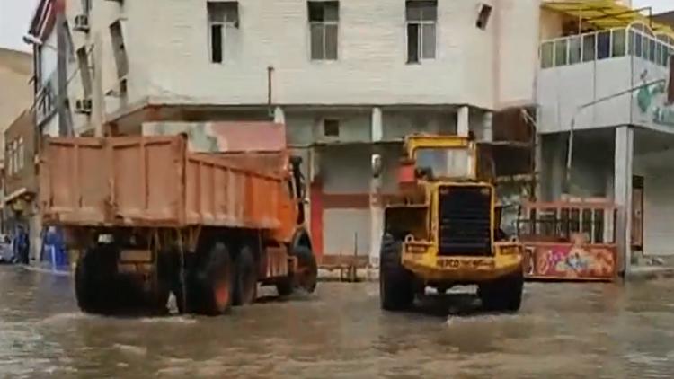 عمال يكافحون فيضانات بغداد بطريقة طريفة!