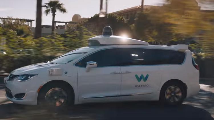 """""""Waymo"""" تطلق أول خدمة تاكسي بسيارات ذاتية القيادة"""