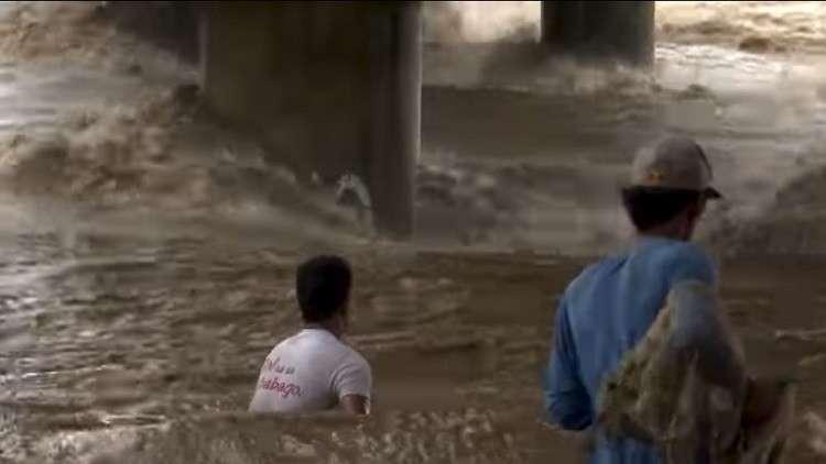 تيار نهري يجرف أم وأولادها أمام أنظار الجميع!