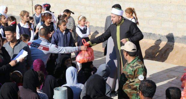 مكتب التبليغ الديني للحشد في صلاح الدين يوزع 100 سلة غذائية على النازحين