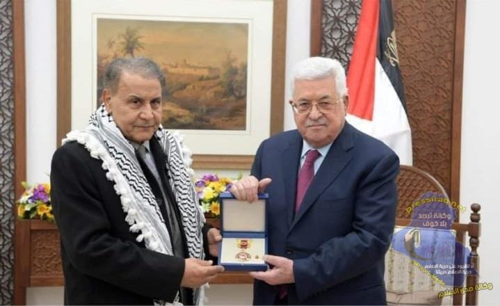 """الرئيس الفلسطيني يمنح الفنان العراقي """"سعدون جابر"""" وسام الثقافة والعلوم"""