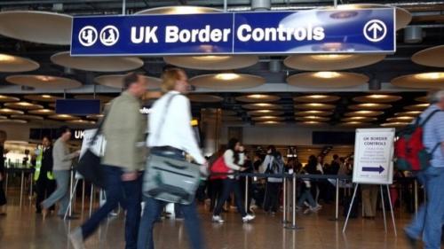 الغارديان: السياسات العدائية للمهاجرين تقوض جهود بريطانيا في العراق