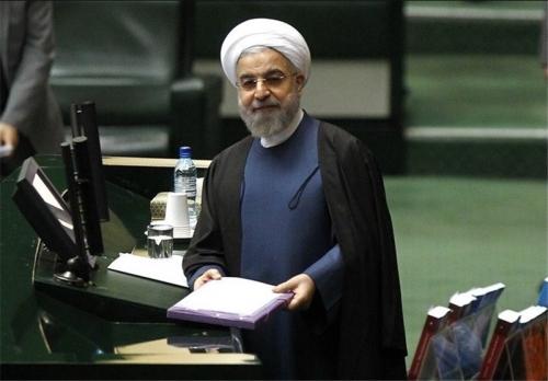 روحاني يسلم البرلمان الإيراني موازنة 2019