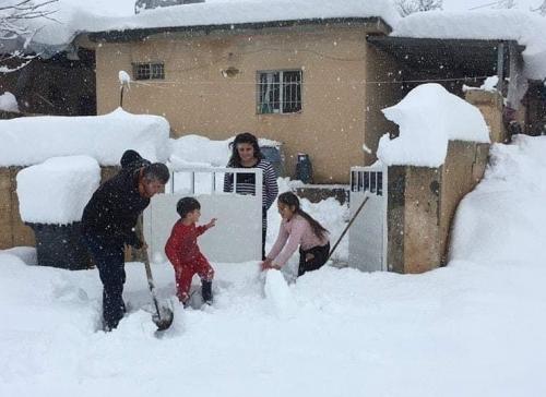 بالصور.. الثلوج تطمر ناحية في دهوك