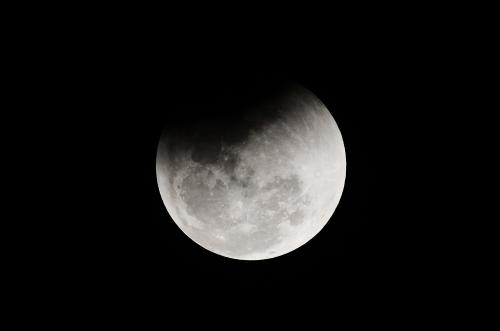 أول هبوط بشري في التاريخ على الجانب المعتم للقمر