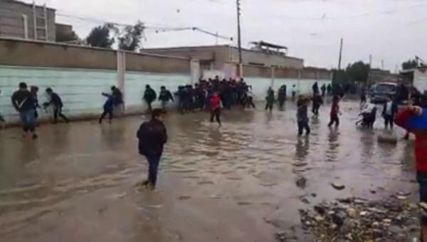 وضع مأساوي لطلبة عراقيين غارقون في وحل الأمطار