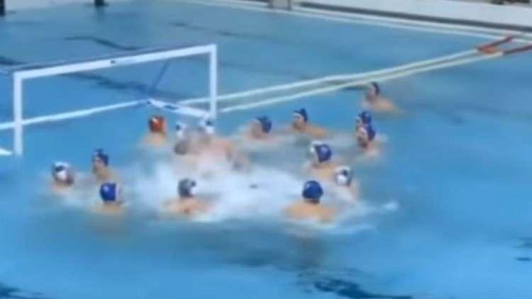 شاهد.. معركة طاحنة في الماء!