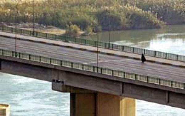 شابة تقدم على الانتحار من فوق جسر الائمة