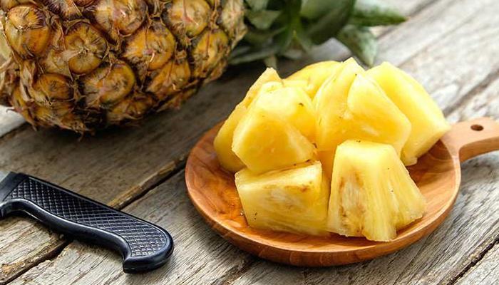غريب عن فاكهة الأناناس يظهر الطريقة الصحيحة لتناولها