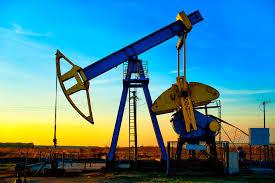 النفط ينخفض مع تقليص الصين هدف النمو لكن خفض إنتاج أوبك يدعمه